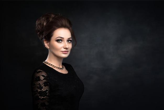 Mulher bonita no vestido clássico preto