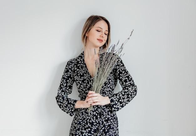 Mulher bonita no vestido da moda com ramo de lavanda