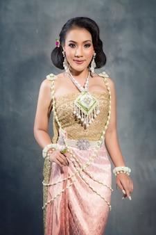 Mulher bonita no vestido tailandês, noiva estilo tailandês moda