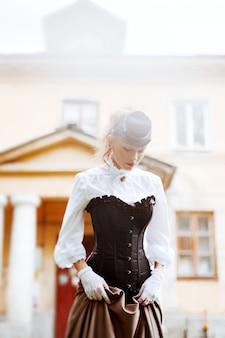 Mulher bonita no vestido vintage