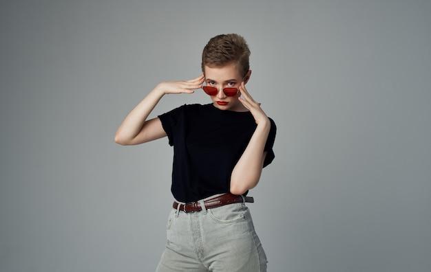 Mulher bonita óculos de sol roupas da moda estilo elegante corte de cabelo curto