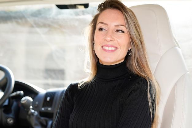 Mulher bonita, olhando de lado, dirigindo, motor home, rv, acampamento, carro, van, motorista, sorrindo, em, assento, estilo vida, vanlife
