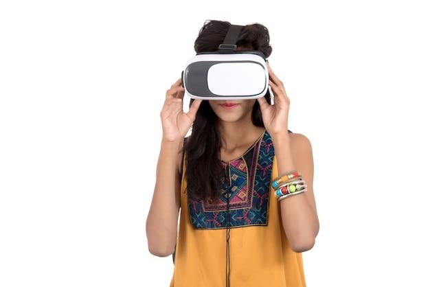Mulher bonita olhando embora dispositivo de vr. jovem mulher usando fone de ouvido de óculos de realidade virtual. Foto Premium