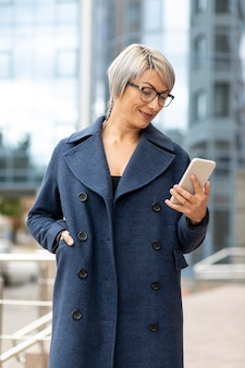 Mulher bonita olhando para celular