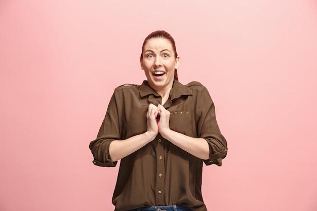 Mulher bonita olhando surpreso isolado na parede rosa