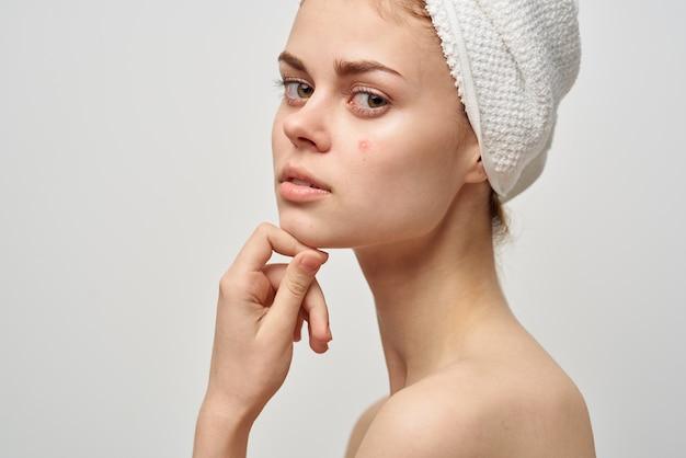 Mulher bonita, ombros nus, dermatologia, fundo isolado