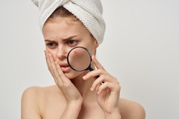 Mulher bonita, ombros nus, problemas de pele, close-up
