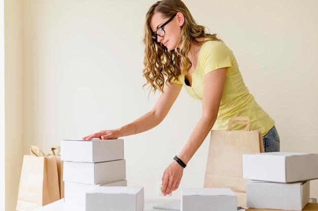 Mulher bonita, organizando produtos