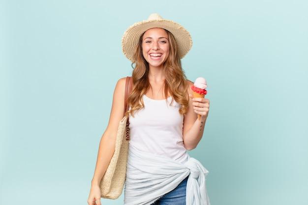 Mulher bonita parecendo feliz e agradavelmente surpresa. conceito de verão
