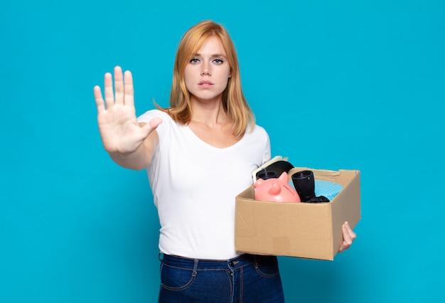 Mulher bonita parecendo séria, severa, descontente e irritada mostrando a palma da mão aberta fazendo gesto de parada