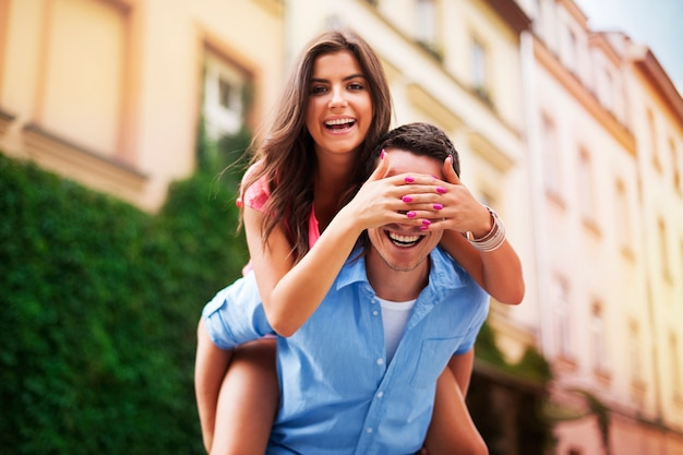 Mulher bonita passando um tempo engraçado com o namorado