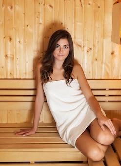 Mulher bonita passando um tempo na sauna