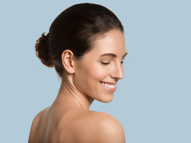 Mulher bonita pele saudável beleza rosto conceito cosmético cor de fundo. azul.