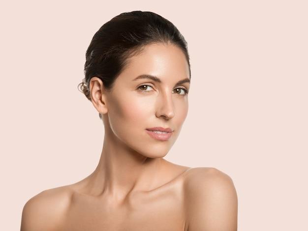 Mulher bonita pele saudável beleza rosto conceito cosmético cor de fundo. cor de rosa.