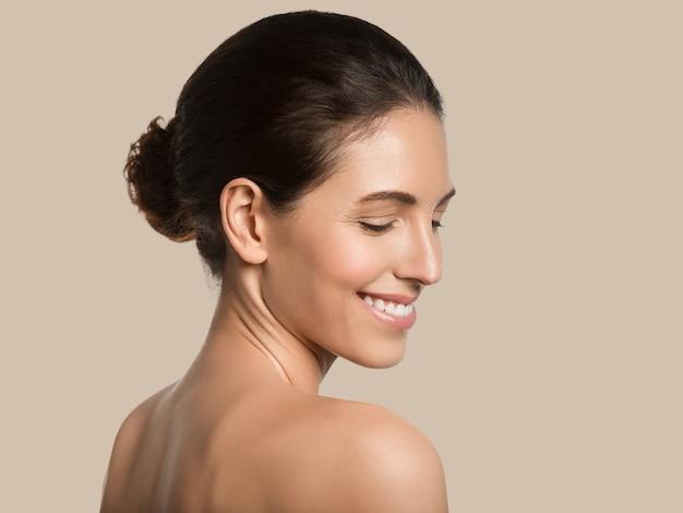 Mulher bonita pele saudável beleza rosto conceito cosmético cor de fundo. marrom.