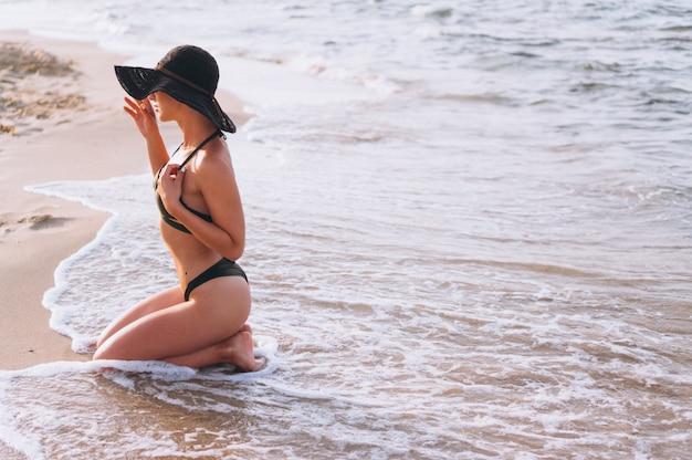 Mulher bonita pelo oceano