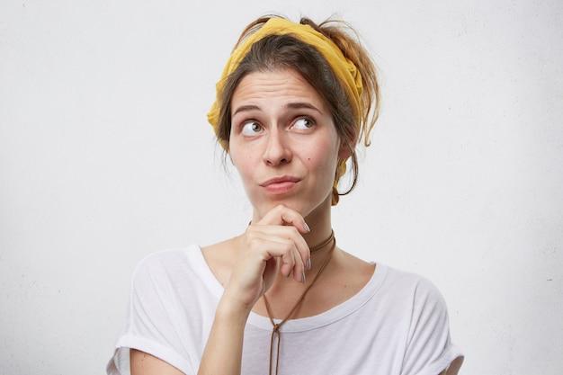 Mulher bonita pensativa pensando em algo