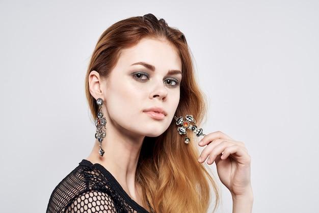 Mulher bonita penteado elegante decoração cosméticos luz de fundo. foto de alta qualidade