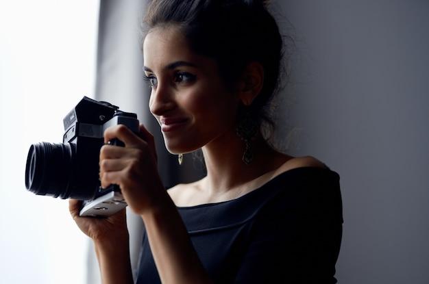 Mulher bonita perto de janela posando estúdio de estilo de vida de brincos de olhar atraente. foto de alta qualidade