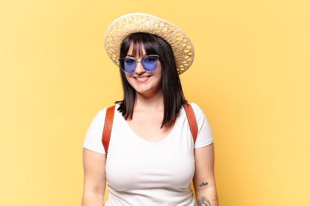 Mulher bonita plus size com óculos escuros e chapéu nos feriados