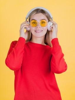 Mulher bonita posando com fones de ouvido