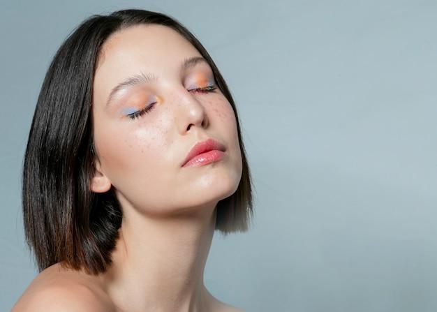 Mulher bonita posando com os olhos fechados