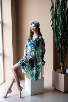 Mulher bonita posando com roupas de verão