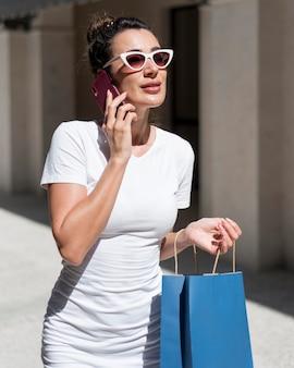 Mulher bonita posando com sacolas de compras