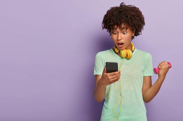 Mulher bonita posando com seu telefone