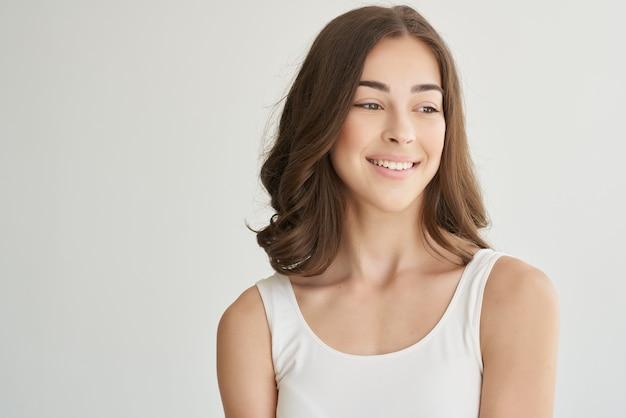 Mulher bonita posando de fundo isolado de cosméticos glamour