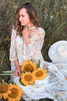 Mulher bonita posando em campo