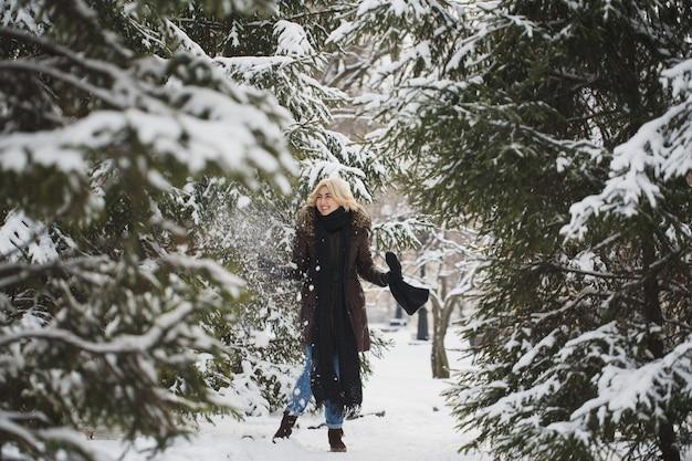 Mulher bonita posando em uma floresta de inverno.