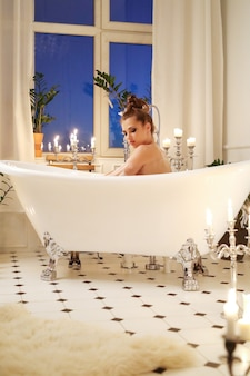 Mulher bonita posando no banheiro