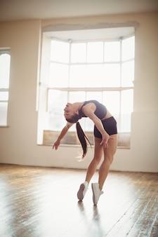 Mulher bonita praticando dança hip hop