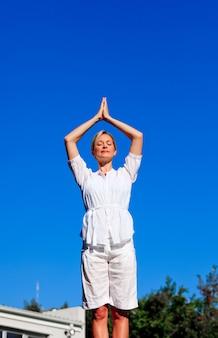 Mulher bonita praticando meditação