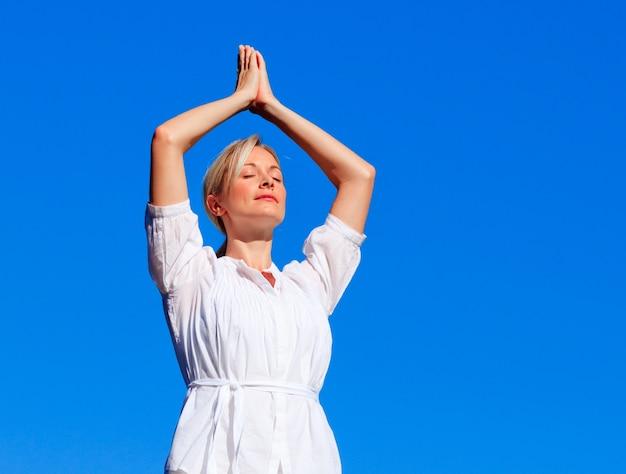 Mulher bonita praticando yoga