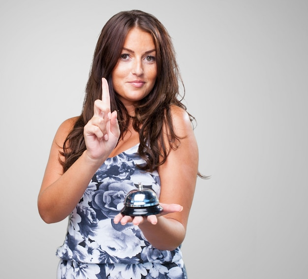 Mulher bonita pressionando um ringbell