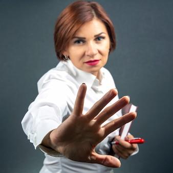 Mulher bonita protesta com a ajuda de suas mãos, seu protesto e emoções de negação