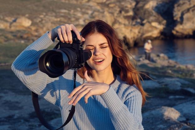 Mulher bonita que é profissional de férias ao ar livre na natureza