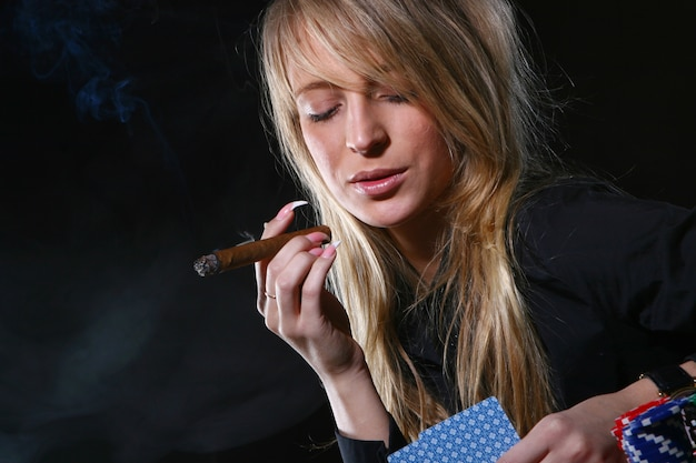 Mulher bonita que fuma charuto