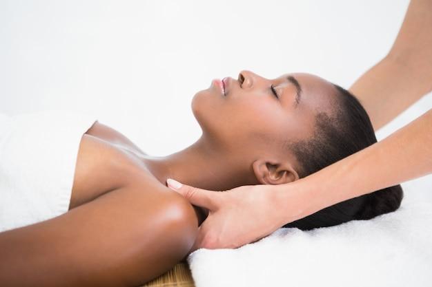 Mulher bonita que gosta de uma massagem no ombro