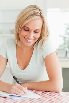 Mulher bonita que prova-lê um texto