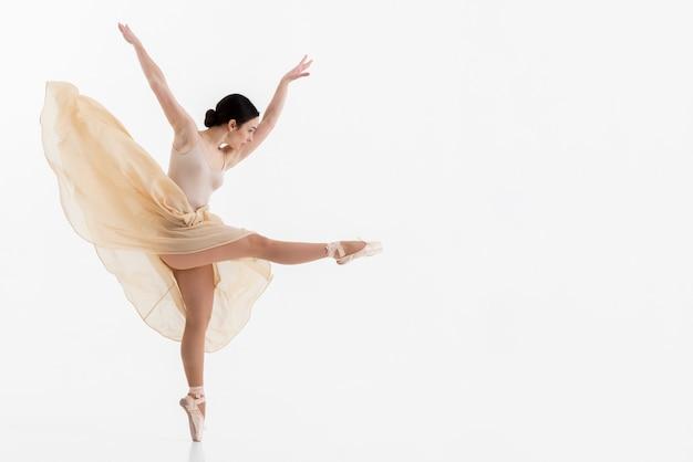 Mulher bonita, realizando a dança com graça