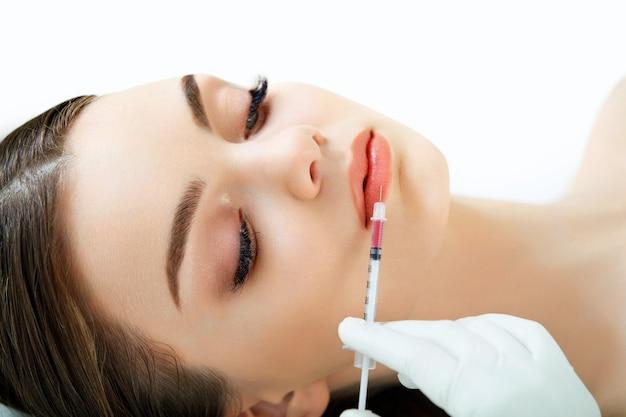 Mulher bonita recebe injeções nos lábios