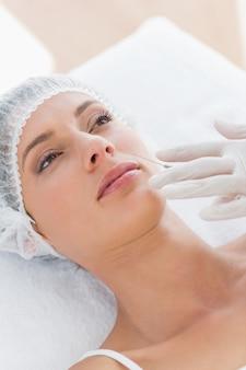 Mulher bonita recebendo injeção de botox