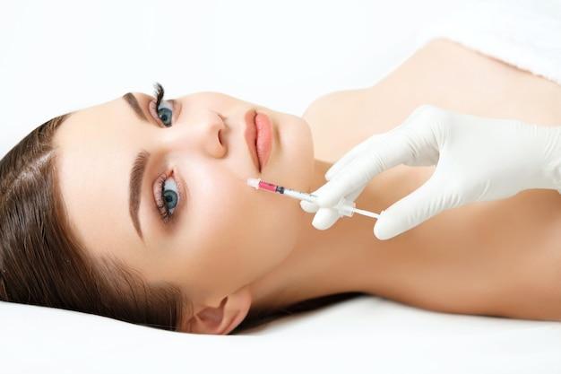 Mulher bonita recebendo injeções