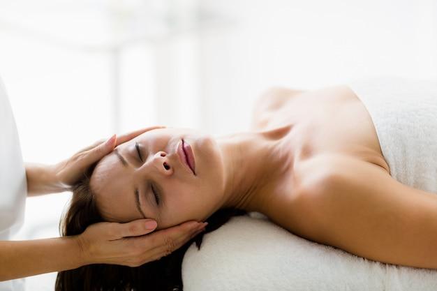 Mulher bonita, recebendo massagem de massagista