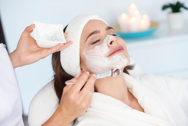 Mulher bonita recebendo tratamento de beleza Foto gratuita