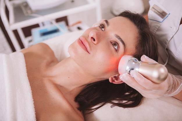 Mulher bonita, recebendo tratamento de skincare rf levantamento