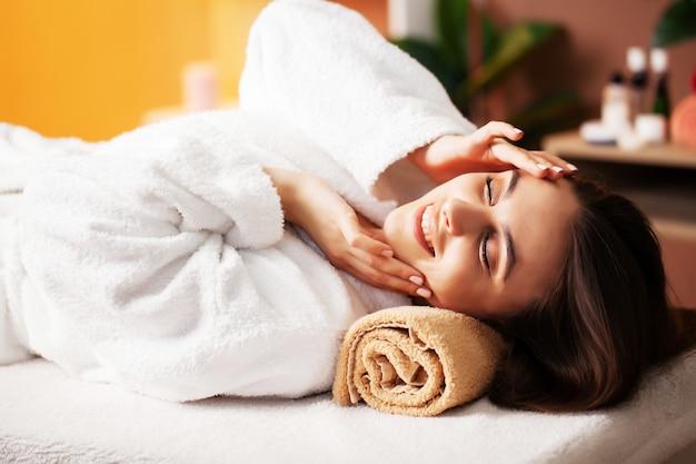 Mulher bonita, recebendo tratamentos de spa no centro de beleza
